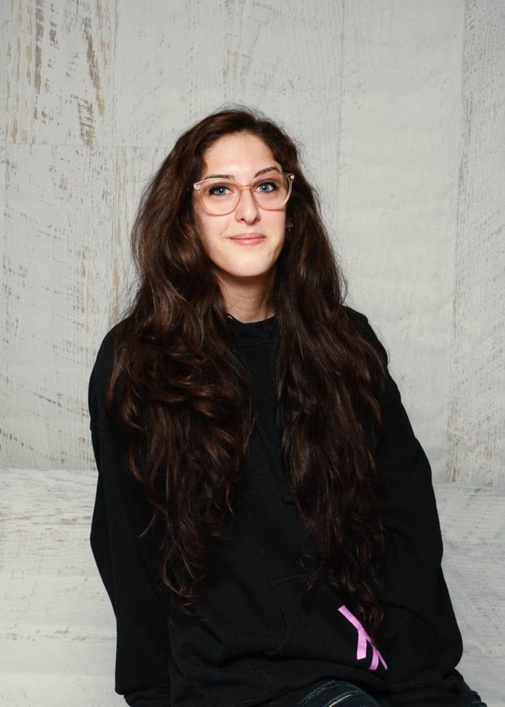 Alexandra sourit